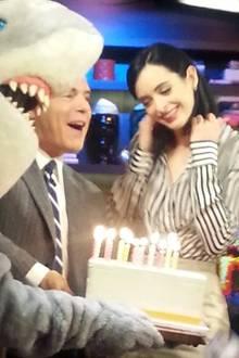 Bei einem Interview wird Krysten Ritter mit dieser Geburtstagstorte überrascht.