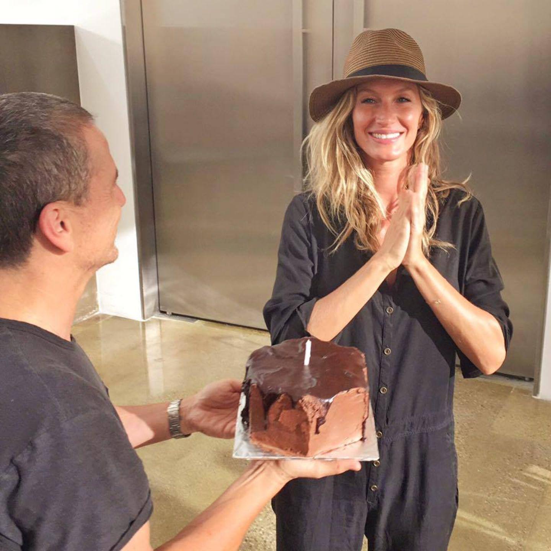 Auch wenn Gisele Bündchens Geburtstag erst in einigen Tagen, am 20. Juli ist, überraschen Kollegen sie mit einem leckeren Schokokuchen.