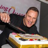 Dafür gibt es ordentlich Torte: Guido Maria Kretschmer beim Fotocall zur 1000. Sendung Shopping Queen.