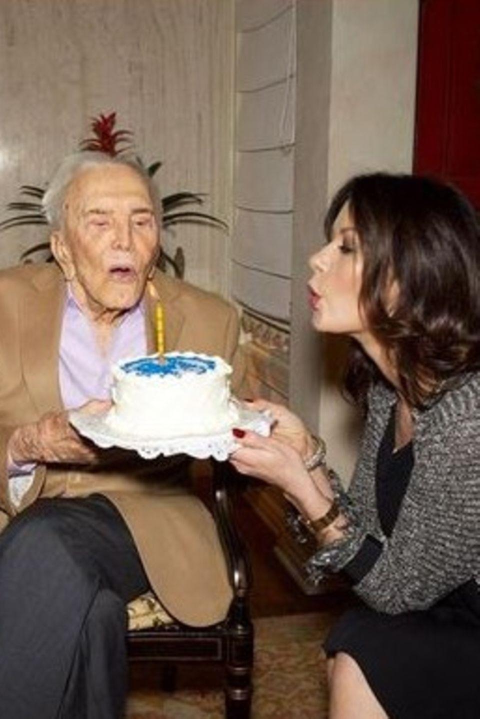 Soviele Kerzen passen gar nicht mehr auf eine Torte. Kirk Douglas feiert im Kreise seiner Familie seinen sagenhaften 99. Geburtstag. Happy Birthday, Kirk!