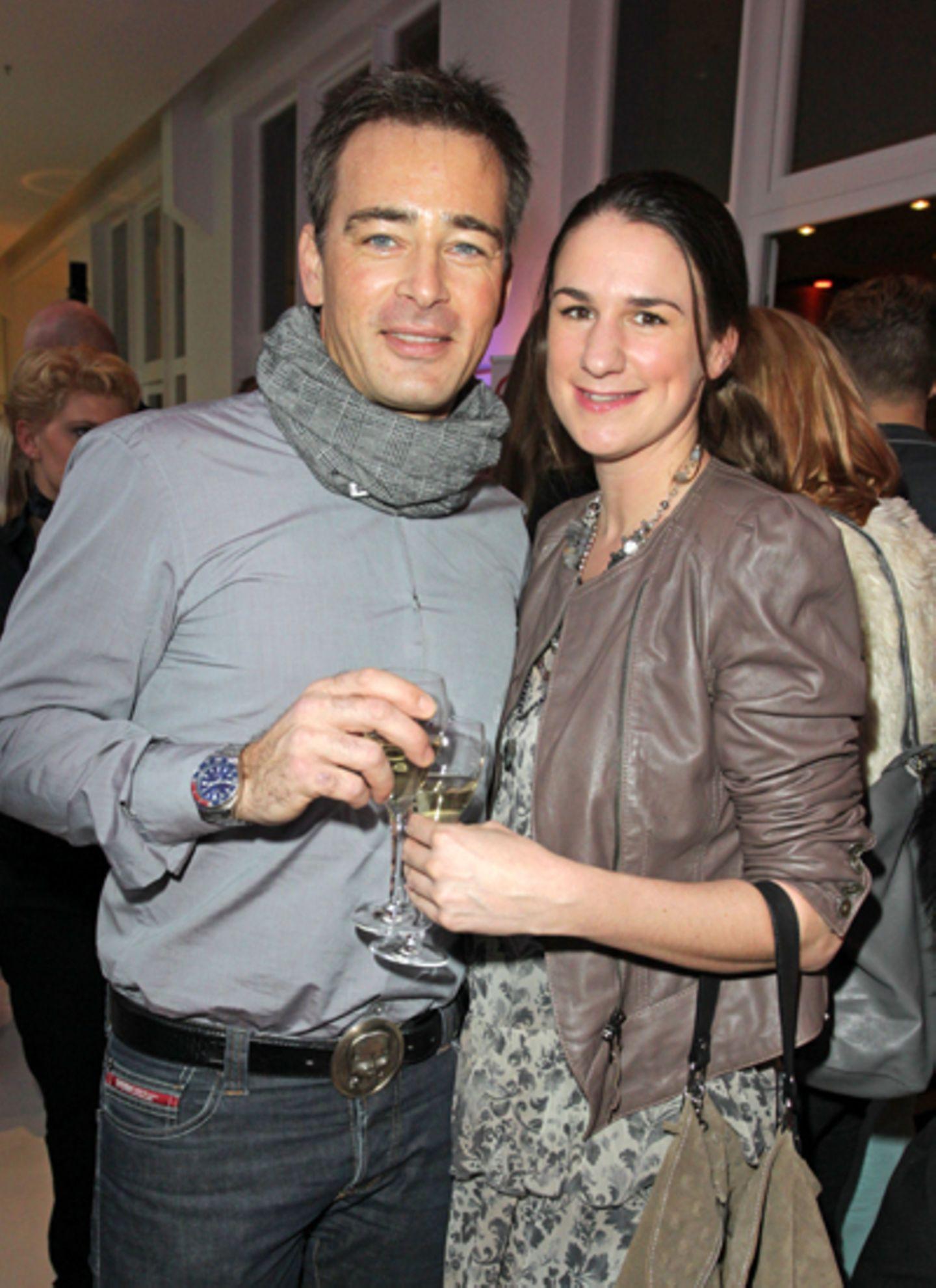 Jan Sosniok und Nadine Möllers lassen sich ihren Champagner schmecken.