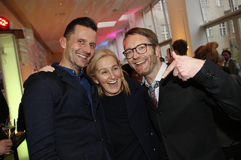 Marco Stein (Seven for all Mankind) und Petra Fladenhöfer (KaDeWe) amüsieren sich mit GALA-Modechef Marcus Luft.