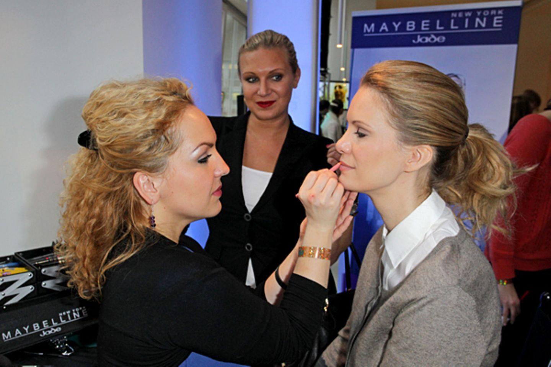 Magdalena Brzeska und Monica Ivancan (r.) lassen sich von der Maybelline Stylistin noch ein wenig verschönern.