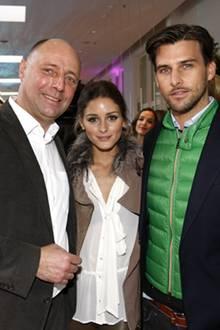 Ganz in seinem Element: Gala-Chefredakteur Peter Lewandowski begrüßt seine Stargäste Olivia Palermo und Johannes Huebl im Berlin