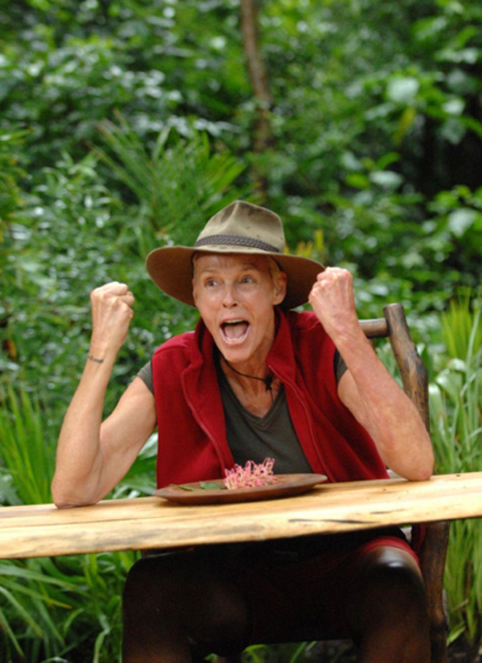 Brigitte Nielsen werden Köstlichkeiten aus dem Dschungel aufgetischt. Nachdem die Dänin erfolgreich Grashüpfer, Raupe und Trutha