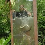 Am siebten Tag haben die Zuschauer Martin Kesici zur Dschungelprüfung erkoren. Obwohl er Angst vor Wasser hat, lässt sich der Be
