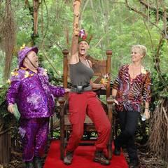 Dirk und Sonja krönen die neue Dschungelkönigin. Stolz reißt Brigitte ihr Holzzepter hoch.