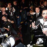 Fashion Week Berlin: Designer Harald Glööckler wird von Fotografen umringt.