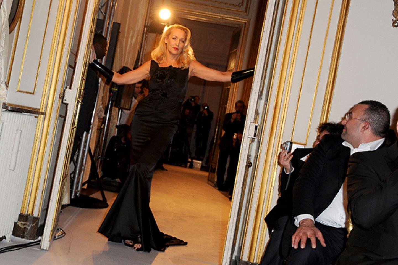 Paris Haute Couture: Jerry Hall steht für Jean-Luc Amsler Frühjahr/Sommer 2012 auf dem Laufsteg.