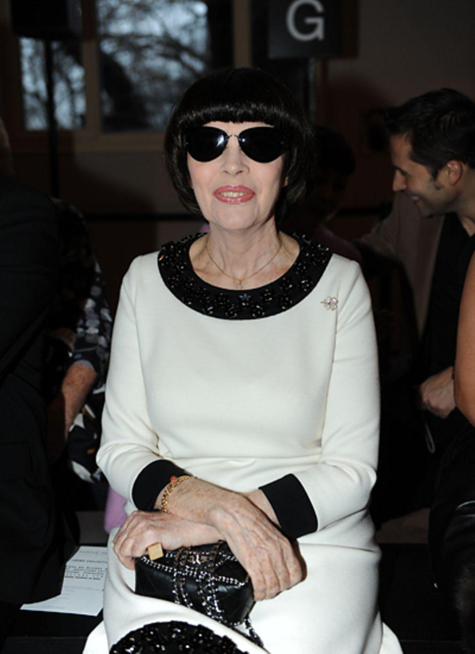 Paris Haute Couture: Mireille Mathieu wartet auf den Begin der Show von Stéphane Rolland.