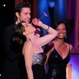 """SAG-Awards: Während der """"Beste Darsteller in einer Drama-Serie"""" geehrt wird, genehmigt sich Tina Fey ein Glas Wein."""