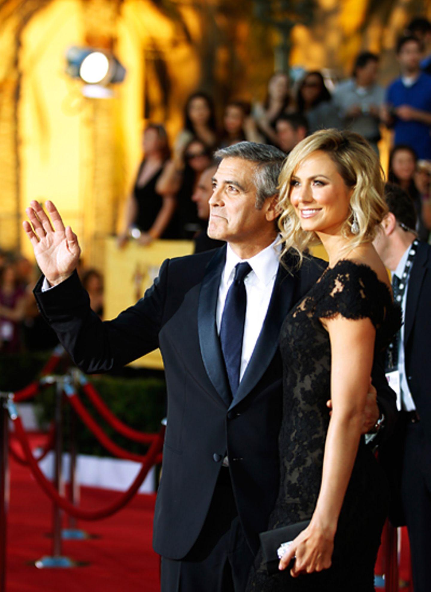 SAG-Awards: Das große Schaulaufen auf dem roten Teppich beginnt: George Clooney und Stacy Keibler zeigen sich den Fotografen und