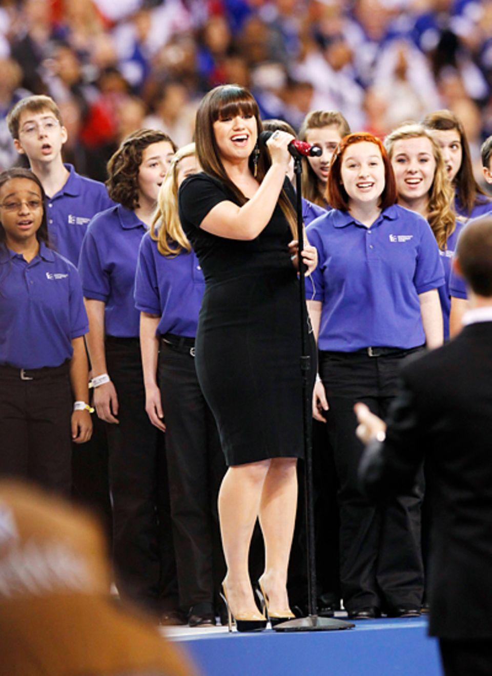Die Nationalhymne wird von Kelly Clarkson gesungen.