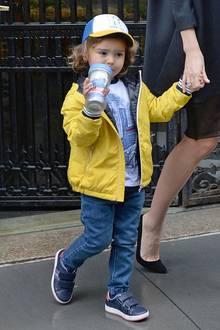 Wie ein waschechter New Yorker sieht Flynn Bloom mit Jeans-Outfit, gelber Jacke und passendem Cap schon aus.