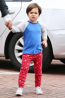Flynn Bloom ist mit seinen 4 Jahren mittlerweile schon ein richtig großer Junge. Und im langärmeligen Shirt zur sternenübersähten Jogginghose sieht er dabei auch noch richtig sportlich aus.