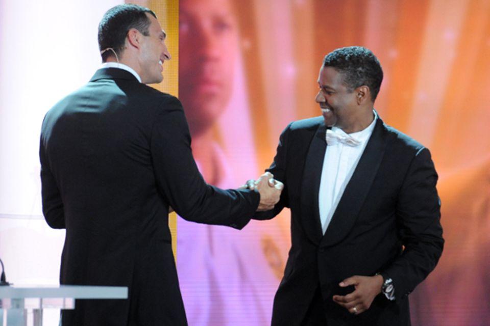 """Wladimir Klitschko überreicht Denzel Washington die Auszeichnung als """"Bester Schauspieler International""""."""