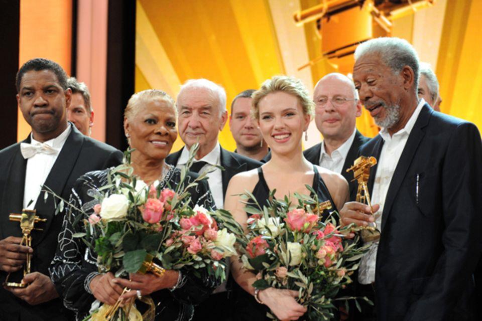 Denzel Washington, Dionne Warwick, Scarlett Johansson und Morgan Freeman freuen sich über ihre goldenen Kameras.