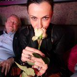 Eine Rose ist eine Rose ist eine Rose in der Hand von Anita Tillmanns.
