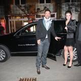 """Aus dem warmen VW rein ins warme Ufer8, wo die """"Fashion meets Love""""-Party steigt: Marco Schreyl und Anna-Katharina Samsel mit ei"""