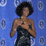 """März 1988: Für """"I wanna dance with somebody"""" bekommt Whitney den Grammy für die Beste Pop Performance. Den ersten gab es schon 1"""