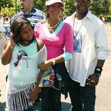 """2004  Bei einer Premiere im Disneyland in Anaheim sieht die Familie Houston-Brown wieder wesentlich bodenständiger aus. Doch nur wenig später wird Bobby Brown wegen """"häuslicher Gewalt"""" der Prozess gemacht. Whitney beschuldigte ihn, sie geschlagen zu haben."""