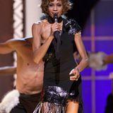 2001  Zu viele Abstürze, zu viele Drogen: Bei der Show anlässlich Michael Jacksons 30. Bühnenjubiläum erschreckt Whitney ihre Fans mit einem extremenMager-Look.