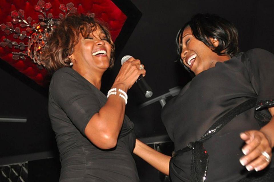 9. Februar 2012  Die letzte Performance: Zwei Tage vor ihrem Tod tritt Whitney Houston mit Freundin Kelly Price nochmal in einem Club in Hollywood auf. Sie war für die diesjährige Grammy-Verleihung nach Los Angeles gekommen.