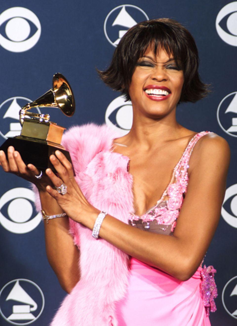"""2000  Für """"It's Not Right But It's Ok"""" bekommt Whitney Houston den Grammy für den besten R'n'B-Song."""