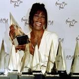 """Februar 1994: Was für ein Erfolgsjahr: Whitney räumt mit """"I will always love you"""" bei den American Music Awards gleich acht Prei"""