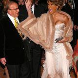 2007  Neuanfang!Whitney Houston lässt sich von Bobby Brown scheiden und lässt sich in einer Entzugsklinik behandeln. Auf dem roten Teppich der Pre-Grammy-Party sieht sie wieder besser aus. In den vorherigen Jahren hat ihre Musikkarriere zwar gelitten, doch nun sieht es so aus, als wäre Whitney zurück.