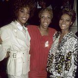 1987  Das Gesangstalent hat Whitney von ihrer berühmten Mutter Cissy Houston und der nicht minder bekannten Cousine Dionne Warwick. Zusammen besuchen sie das ein oder andere Hollywood-Event.