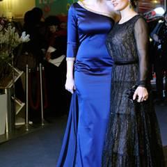 "Carolina Herrera Bang und Salma Hayek posieren gemeinsam für ""La Chispa de la Vida""."