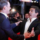 """Michael Fassbender und Antonio Banderas sind auf der Premierenfeier von """"Haywire"""" zu Scherzen aufgelegt."""