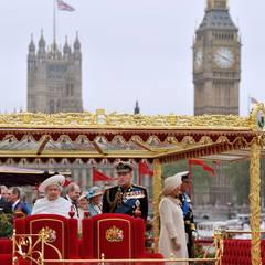 Die royale Barkasse passiert das Houses of Parliament und den Big Ben.