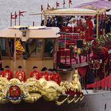 """Das älteste Boot in der Parade stammt aus dem Jahre 1740. Die Queen ist an Bord der """"Spirit of Chartwell"""", einem extra für diese"""