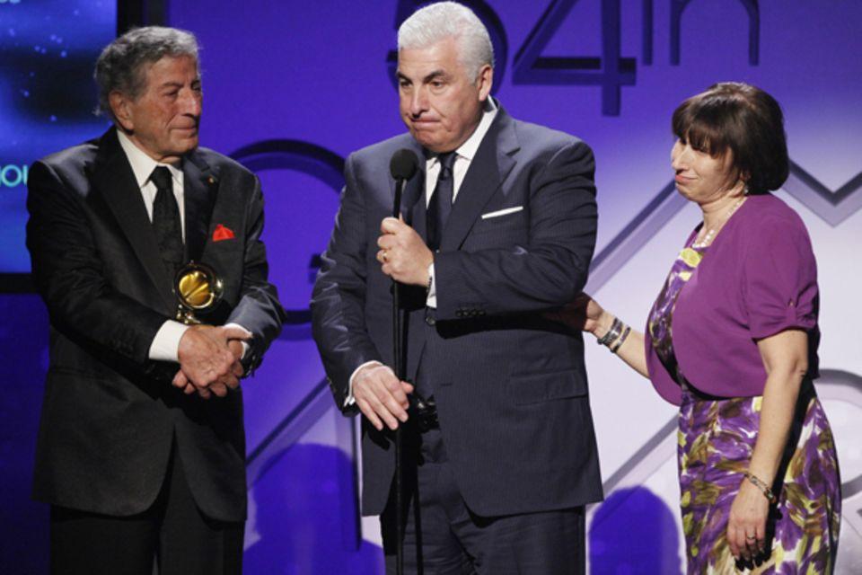 Tony Bennett wird für sein Duett mit Amy Winehouse ausgezeichnet. Mit ihm auf der Bühne stehen die Eltern der Sängerin, Mitch un