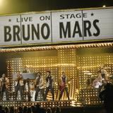 """Bruno Mars präsentiert sein Lied """"Runaway Baby""""."""