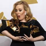 Adele hat Mühe ihre sechs Auszeichnungen zu halten.