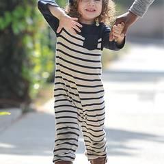 Im maritim-gestreiften Jumpsuit wagt Skyler ein Tänzchen auf den Straßen von Beverly Hills.