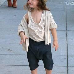 Dunkle Jeans-Shorts, Netzhemd und Strick-Cardigan: Das ist doch ein schon richtig männlich-lässiges Outfit für den kleinen Knirps Skyler.