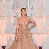 Passend zu ihrem gebräunten Teint trägt Jennifer Lopez den Entwurf von Elie Saab Couture in elegantem Nude mit zarter Bronze-Note.