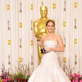 """Dieses Prinzessinnen-Kleid schrieb bei den Oscars 2013 Geschichte, als Jennifer Lawrence über den ausladenden Rock stolperte und auf dem Weg zu ihrem """"Gold-Jungen"""" hinfiel."""