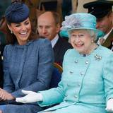 """13. Juni 2012: Eine bessere Lehrmeisterin für das royale """"Geschäft"""" könnte Herzogin Catherine nicht haben. MIt ihrer Schwieger-Großmutter schaut sie sich eine Sportveranstaltung an und scheint sich bestens mit ihr zu verstehen."""
