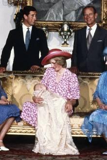 4. August 1982: Prinz William wird getauft  Familie Windsor präsentiert stolz das jüngste Mitglied der königlichen Familie.