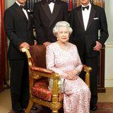 """Juni 2003:In """"Clarence House"""", der ehemaligen Residenz von Queen Mum, entsteht ein Drei-Generationen-Foto, das die Queen mit ihrem Mann, ihrem ältesten Sohn Charles und dessen ältestem Sohn William zeigt. Das anschließende Dinner ist Teil der Feierlichkeiten, mit denen die Königin ihr 50. Thronjubiläum feiert."""