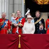 """Juni 2015:Prinz George, der Urenkel der Queen, ist zum ersten Mal bei """"Trooping the Colour"""" mit auf dem Balkon. Damit ist die Königin umgeben von drei Generationen ihrer Erben."""