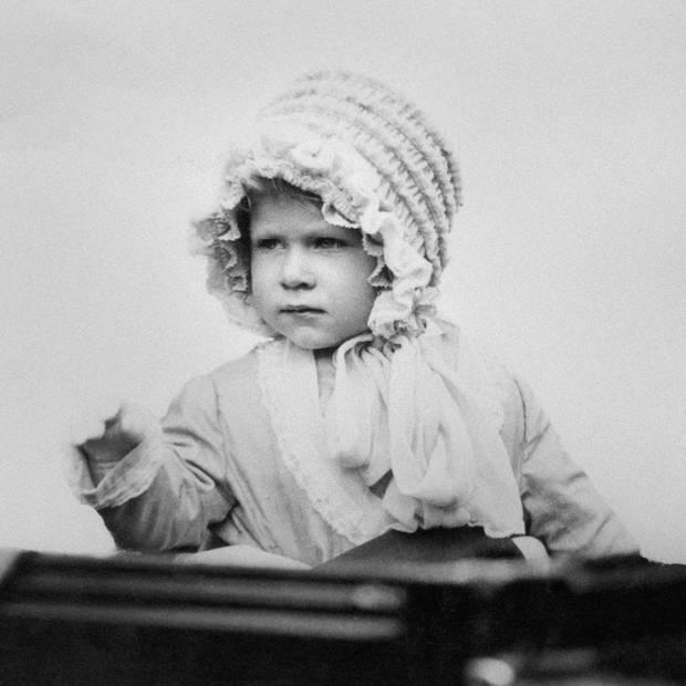 1928: Früh übt sich ... Prinzessin Elizabeth winkt als Zweijährige aus einer Kutsche.