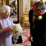 """30. Mai 2013:  Jedes Jahr zum Jubiläum der Krönung, die am 2. Juni 1953 stattfand, verehrt die """"Worshipful Company of Gardeners"""" der britischen Queen Elizabeth eine Replik ihres damaligen Blumenbouquets. Immer wieder neue junge Gärtner dürfen sich an der großen Aufgabe versuchen - dieses Jahr hieß die Glückliche Lottie Longman."""