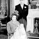 1948: Charles Philip Arthur George, der erstgeborene Sohn von Prinzessin Elizabeth und Prinz Philip wird getauft. Seinen ersten großen Fototermin verschläft der Prinz im Arm seiner Mutter allerdings.
