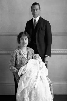 1926: Elizabeth mit ihren stolzen Eltern.